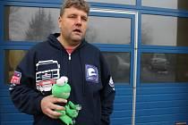 Martin Kolomý se symbolem města Bruntálu a bruntálského okresu, zubatou žábou, již mohou zájemci vydražit v únoru při městském plese.