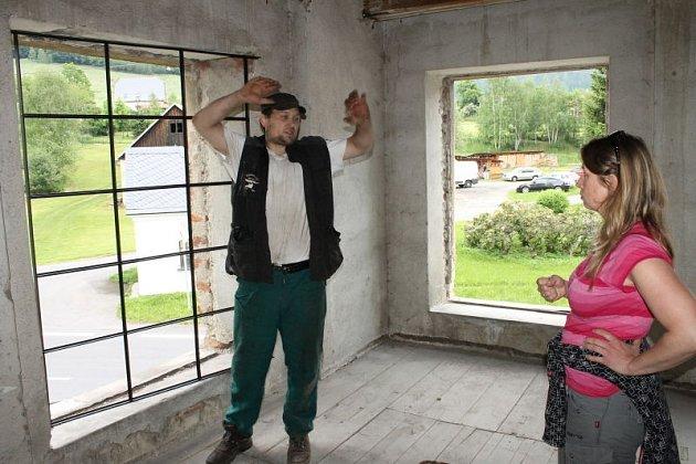 Kovář Petr Czasch při vsazování první mříže do objektu bývalého strojního mlýna ukarlovické Kosárny. Vpravo místostarostka obce Kateřina Kočí.