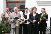 Nová sezona, nové expozice a milé zahájení. Tak by se dalo jednoduše popsat slavnostní zahájení Mezinárodního kulturního léta 2010 na zámku v Linhartovech.