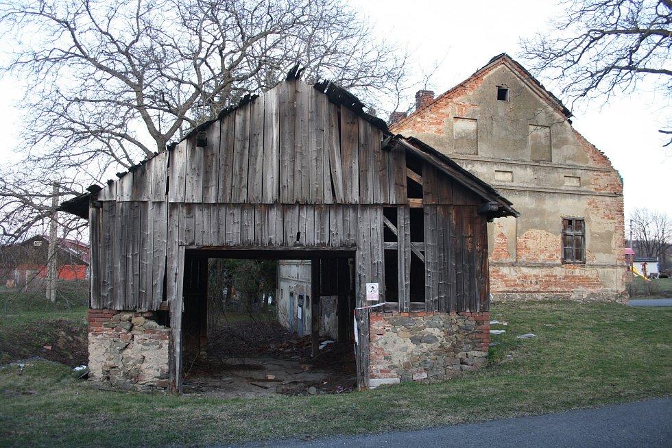 Rodný dům Antonína Blažka sice není uveden na rozcestníku k pamětihodnostem Liptaně, ale stejně ho z televize zná každý. Patřil teroristovi, který v roce 2013 ve Frenštátu výbuchem plynu zničil panelový dům i s lidmi.