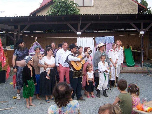 Kočovná divadelní společnost vyráží za diváky do nejmenších obcí od roku 1997.