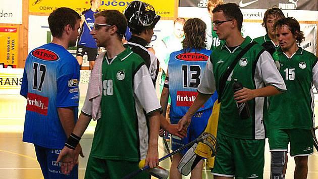 Krnovští florbalisté (v zeleném) si podávají ruku se soupeřem.