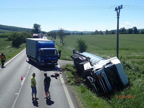 Ke komplikované nehodě, při níž se střetla cisterna DAF plná horkého asfaltu s nákladním autem Mercedes Atego, které převáželo krmivo, došlo ve čtvrtek 1. června ráno u Krnova. Hasiči byli na místě do pozdního večera.