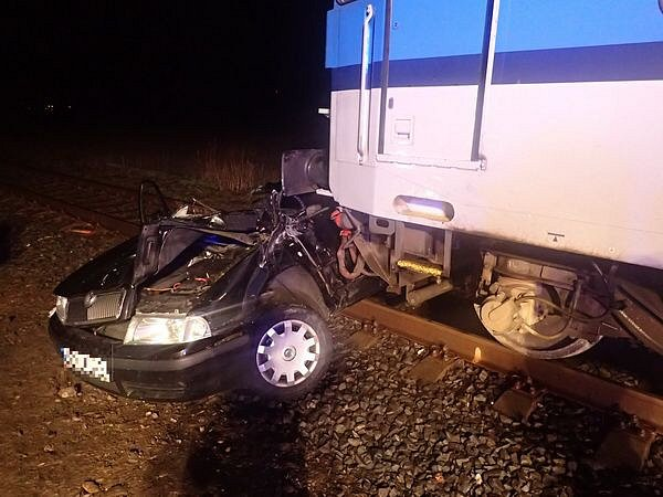 Vsobotu v18.55hodin se střetl rychlík jedoucí zOstravy do Krnova sosobním automobilem.