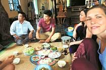Vietnamci jsou rodinně založení, tráví spolu mnoho času a pomáhají si navzájem. Scházejí se pravidelně na obědy a večeře, kdy na zem rozloží několik misek plných úžasného jídla a to si vychutnávají společně.
