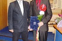 Milanovi Musilovi mezi prvními gratuloval k ocenění ředitel krnovského gymnázia Vladimír Schreier.
