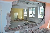 Stavební úpravy školy v Třemešné usnadní slučování tříd a přivedou do jednoho objektu pod jednou střechou mateřskou školku a základní školu. Stavební úpravy za 1,7 milionu by měly být hotovy do konce prázdnin.