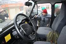 Před třemi lety dorazili do krnovského domova pro seniory zástupci armády, aby dědečkovi splnili vánoční přání projet se vojenským autem. V pondělí sem vojáci dorazí znovu, ale půjde o úplně jinou misi.