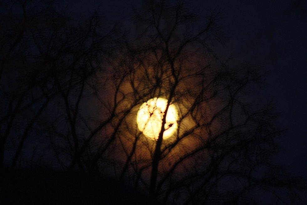 Superúplněk vždy propůjčí noční krajině magickou atmosféru. Ilustrační foto.
