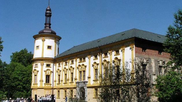 Jako příklad bezúplatného převodu zámku na obec mohou sloužit  Linhartovy.