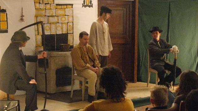 Hotel Cvilín se už podruhé stal hostitelem ochotnického divadla.