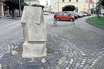 Zatímco v roce 1997 v těchto místech před Slezským domovem v Krnově povodeň zaplavila silnice i chodníky, dnes zde tragické události připomíná už jen památník. Pro Město Krnov památník povodní vytvořili jako dar sochaři z okresů Most a Chomutov.