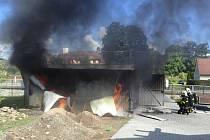 Zásah tří hasičských jednotek si vyžádal středeční dopolední požár plechové garáže v Lichnově.