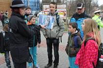 Zebra se za tebe nerozhlédne, vysvětlovali v úterý školákům policejní mluvčí Pavla Jiroušková a Pavel Rakus, koordinátor BESIP pro Moravskoslezský kraj.