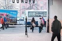 Cestující už osm měsíců čekají před krnovským nádražím výlukové autobusy, aby mohli cestovat do Opavy.