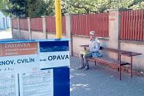 Lavička a koš na výlukové zastávce nejsou samozřejmost, ale výsledek stížností občanů a iniciativ města Krnova. Protože výluka potrvá až do prosince, cestující by ještě uvítali přístřešek a aspoň provizorní WC.