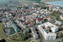 Letecké záběry postupně představí Krnovsko a Bruntálsko ve čtyřech ročních obdobích. Toto je snímek jarního Bruntálu.
