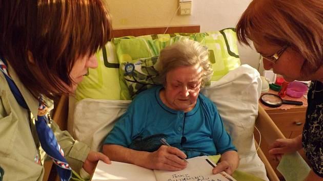 Skauti z Krnovské trojky oslavili Thinking Day neboli Den zamyšlení návštěvou nejstarší krnovské skautky. Skautka Štěpánka Billová má 101 let.