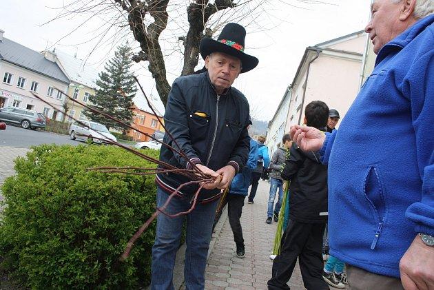 Školáci ve Městě Albrechticích se rozhodli spojit pomlázky do dlouhého hada. Podařilo se jim společnými silami uplést pomlázku dlouhou 137metrů.