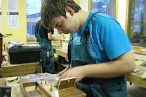 Uměleckořemeslnému zpracování dřeva učí teenegery ve středisku praktického vyučování Renova v Miloticích nad Opavou.