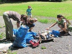 Dobrovolníci z Krnova se sešli na Cvilíně, aby zde vysbírali odpadky zamořený krnovský lom i okolí les.