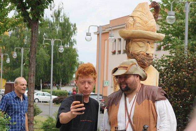 Loupežník Hotzenplotz má na osoblažském náměstí sochu, aby se jeho fanoušci měli u čeho fotit. Hotzenplotz se Osoblaze odvděčil tím, že přepadl vlak plný turistů a pár aut.