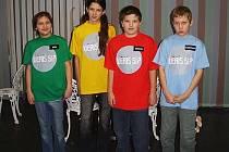 Michal Včelný z Města Albrechtic (druhý zprava) se představí v televizní soutěži Veříš si?