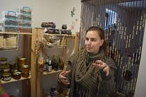Barbora Bartecká rozumí stavebním konstrukcím, tanci, bylinkám, gastronomii a regionálním potravinám. Z Ostravy se přestěhovala do Horních Povelic, kde založila Bylinkový ranč Majoránek.
