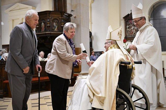 Vojtěch a Anna Zatloukalovi z Vrbna pod Pradědem patřili k těm, které biskup Lobkowicz vyznamenal za službu farnosti, pomoc při opravách kostelů a příkladný křesťanský život.