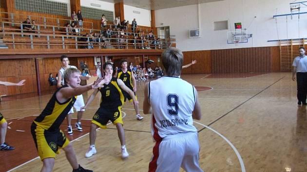 I přes porážku s Vysočinou zůstávají krnovští basketbalisté na špici juniorské soutěže. První letošní ztrátu však neodvrátila ani opora Marek Lukáš (na snímku s č. 9).