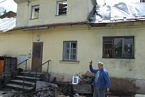 Nemine den, aby Ladislav Gaj s rodinou nepracovali na spáleništi rodinného domu, ze kterého je vyhnal na začátku roku ohnivý kohout.