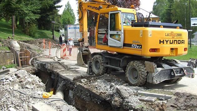 Dopravní omezení motoristů a ztížený pohyb chodců v Břidličné má na svědomí výstavba kanalizace. Budovat se začala v dubnu a podle harmonogramu se jí místní dočkají v květnu příštího roku.