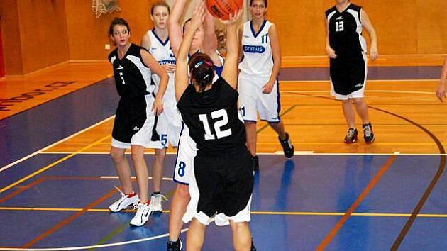 Basketbalistky Slavoje Bruntál si vedou v prvoligové soutěži mladších dorostenek výborně. Ze dvou vydařených víkendových utkání na Vysočině se jim podařilo přivést jedno cenné vítězství z palubovky Pelhřimova.