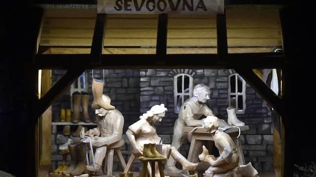 Bruntálský betlém řezbářů Josefa a Františka Nedomlelových se rozšířil o ševcovnu (na snímku z 23. listopadu 2020).