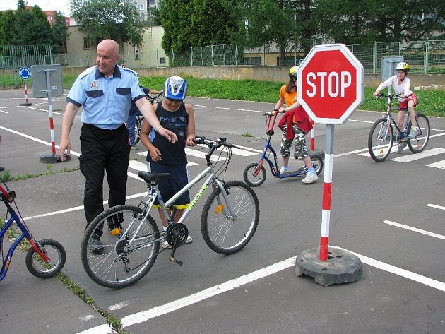 Čtyřiadvacet školáků z Horního Benešova si na bruntálském dopravním hřišti zajezdilo na kolech a koloběžkách. Dozorovali nad nimi městští strážníci, kteří děti upozorňovali na to, co dělají špatně.