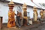 Řezbář Jiří Halouzka vyřezal sochu patrona myslivců sv. Huberta a bohyně lovu Diany.