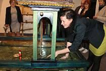 Na zámku v Bruntále se návštěvníci mohou změnit v loutkoherce. Na právě probíhající výstavě, věnované vietnamskému vodnímu divadlu, si každý může vyzkoušet, jak se loutky ve vodě ovládají.