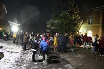 Koncert v kostele v Holčovicích má půvabnou atmosféru. Venku už na všechny čekal sníh, čaj a ohňostroj.