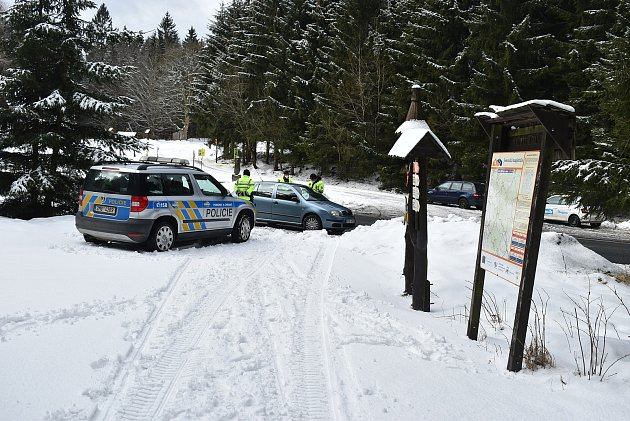 Za běžné situace by Skřítek byl rájem běžkařů. Kvůli pandemii je parkoviště prázdné. Policisté zastavují auta, která překračují hranici mezi okresy Šumperk a Bruntál.