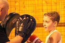 Mladá naděje krnovského boxu, Michal Kotásek, se připravuje na utkání se svým trenérem Jaroslavem Morbitzerem.