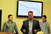 Obchvat Krnova v dubnu představil Martin Dostál (uprostřed) ze Sdružení pro výstavbu komunikace I/11-I/57. Čtvrteční prezentaci připravilo Ředitelství silnic a dálnic Ostrava.