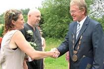 Svá ano si řekli pod širým nebem. Trend přírodních svateb se podle starosty Světlé Hory Václava Vojtíška rozmáhá stále více. Za poslední rok takto oddal dvacet párů.