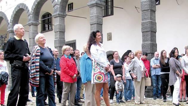 Vernisáž výstavy prací Kateřiny Košnovské Járkové proběhla na zámeckém nádvoří.