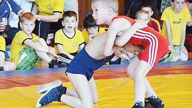 Mladým krnovským zápasníkům se na tradičním turnaji v Hodoníně dařilo. Na snímku v červeném dresu Viktor Sůra, který vybojoval zlatou medaili.