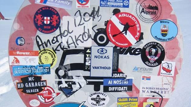 Dopravní značka na Aljašce je pokryta nejrůznějšími samolepkami. Je zde i znak Andělské Hory.