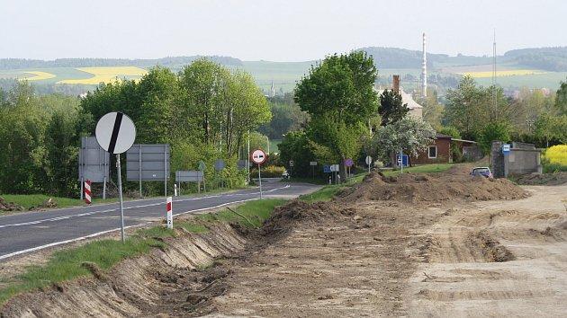 Skrývka ornice probíhá současně na trase obchvatu Krnova i v Polsku u Petrovic na silnici číslo 38, která směřuje ke krnovskému hraničnímu přechodu.
