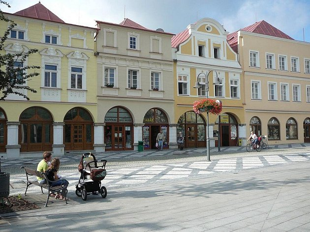 Historické domy na Hobzíkově ulici prochází rekonstrukcí od loňského roku. Ve čtyřech domech, z nichž tři jsou památkově chráněné, se už výměnila okna za milion korun a nedávno byly dokončeny jejich čelní fasády s klasicistními a novobarokními prvky.