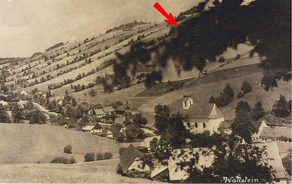 Takto vypadalo údolí Valštejna, když sem v roce 1944 v mlze zabloudil cvičný letoun s nezkušeným pilotem žákem Fritzem Mayerem.  Když zjistil, že má pod sebou domy, prudce zatočil doprava. Šipka označuje místo, kde narazil do svahu.