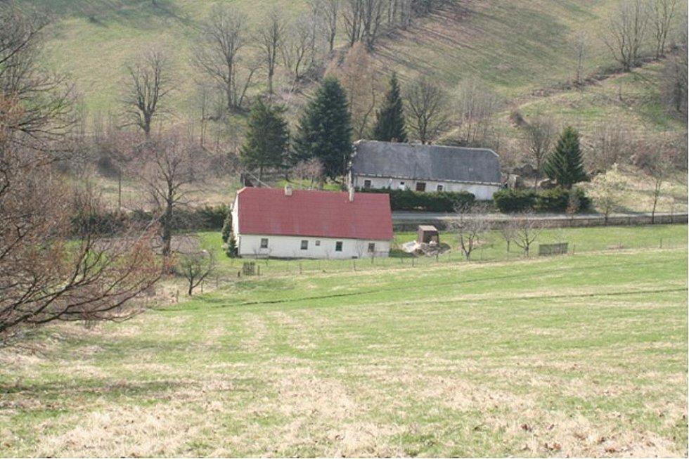 Takto v současnosti vypadá ve Valštejně místo dopadu letadla. Dům pod svahem s popisným číslem 37 v roce 1944 patřil zemědělci Antonu Schittenhelmovi.