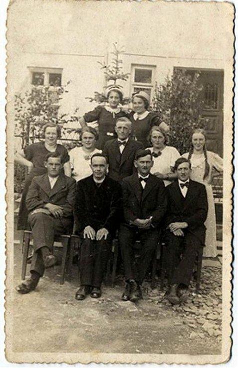 Po havárii ve Valštejně letecká komise vyslýchala dvacetiletou Paulu Schittenhelmovou. Na fotografii z roku 1937 pořízené před farou ve Valštejně stojí úplně Paula Schittenhelmová úplně vpravo.